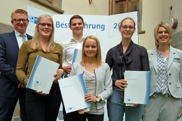 Gemeinsam mit anderen Auszubildenden wurde Vanessa Kohlmann (vorne, Mitte) von der Hochsauerlandwasser GmbH für hervorragende Leistungen während ihrer Ausbildung durch die IHK Arnsberg - Hellweg - Sauerland geehrt. Bildnachweis: IHK Arnsberg - Hellweg - Sauerland