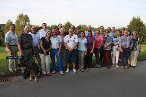 """Auf Einladung des Golfclubs Siegerland hat der Kreisverband der Freien Demokraten kürzlich im Zuge seines """"Lokalliberalen-Treff"""" mit einer 25- köpfigen Gruppe an einem Schupperkurs teilgenommen. - Quelle: Peter Hanke"""