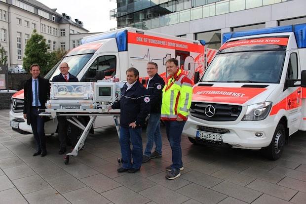 Photo of Baby-Mobil und Schwerlast-Rettungswagen: Landrat übergibt zwei neue Fahrzeuge für den Rettungsdienst
