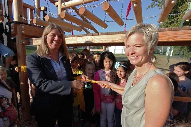 Umringt von Schülern gaben Bürgermeisterin Christa Schuppler (l.) und Schulleiterin Tanja Henrichs das neue Klettergerüst frei - Quelle: Gemeinde Wilnsdorf