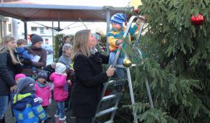 Wilnsdorfer Marktplatz von Tanne geziert – Kindergarten schmückt Weihnachtsbaum