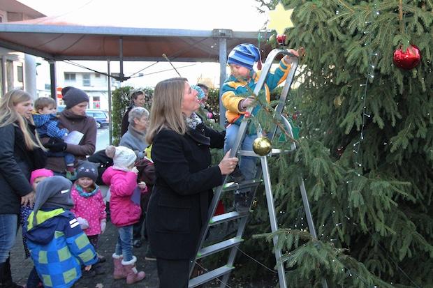 Photo of Wilnsdorfer Marktplatz von Tanne geziert – Kindergarten schmückt Weihnachtsbaum