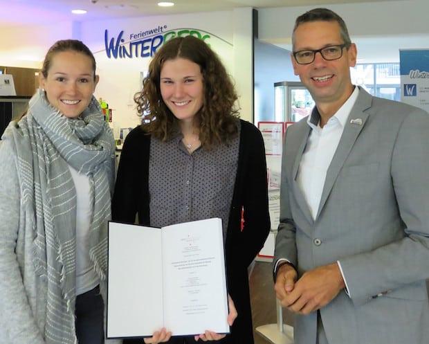 Ann Kathrin Meier (l.) und Michael Beckmann freuen sich mit Christina Böde- feld über ihre erfolgreiche Bachelor-Arbeit. - Foto: WTW