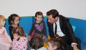 Siegen: Landrat Andreas Müller las im katholischen Kindergarten