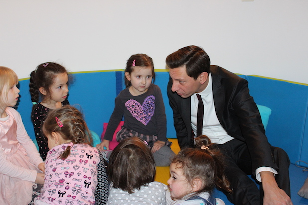 Photo of Siegen: Landrat Andreas Müller las im katholischen Kindergarten