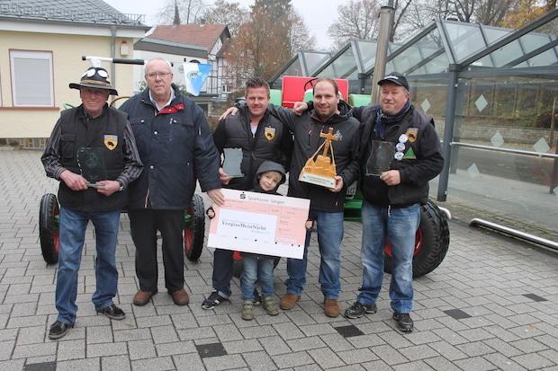 """Photo of Traktorkameraden Netpherland spendeten  an Netphener Verein """"VergissMeinNicht"""""""