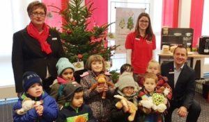 Weihnachtsbaum-Wunschaktion in den Sparkassen in Attendorn und Kirchhundem angelaufen