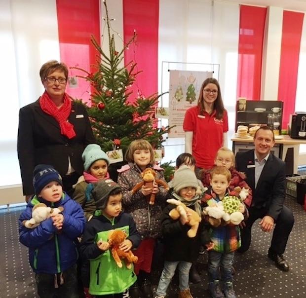 Photo of Weihnachtsbaum-Wunschaktion in den Sparkassen in Attendorn und Kirchhundem angelaufen