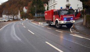 Schalksmühle: Großflächige Ölspur beschäftigt Feuerwehr siebeneinhalb Stunden