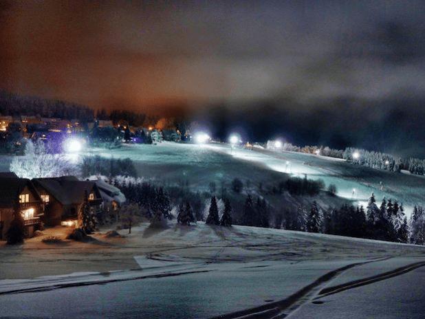 Photo of Weihnachtsferien auf Skiern oder Kufen, Wintermarkt und Silvesterflutlicht