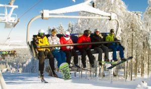 Wintersport zu Weihnachten auf den beschneiten Pisten