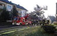 Feuerwehr rettet Rollstuhlfahrerin bei Wohnungsbrand – Hilfe kommt für 81-jährige Frau jedoch zu spät