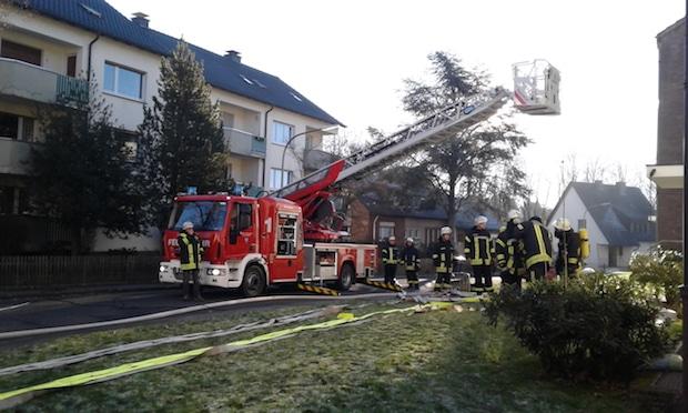 Photo of Feuerwehr rettet Rollstuhlfahrerin bei Wohnungsbrand – Hilfe kommt für 81-jährige Frau jedoch zu spät