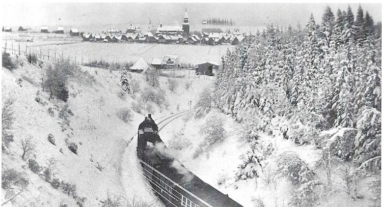 Photo of Zeitreise: Mit der alten Dampflok zum Nostalgie-Skirennen
