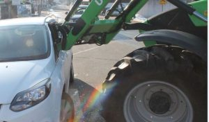 Unfall: Frontlader durchstößt PKW-Seitenscheibe