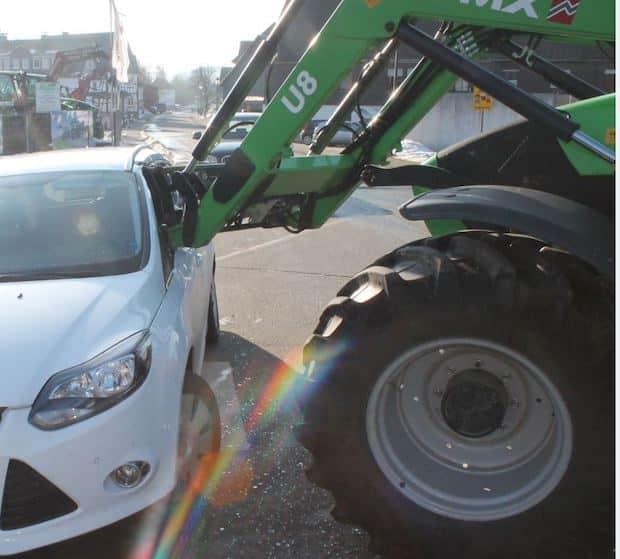 Photo of Unfall: Frontlader durchstößt PKW-Seitenscheibe