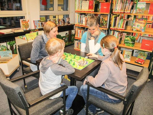 Photo of Brilon: Erster Spieleabend in der Bibliothek voller Erfolg
