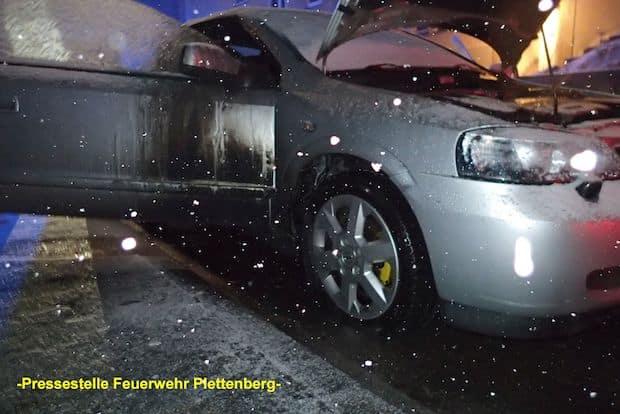 Photo of Plettenberg: Zwei PKW gerieten in Brand – Feuer vor Eintreffen der Feuerwehr durch Anwohner gelöscht