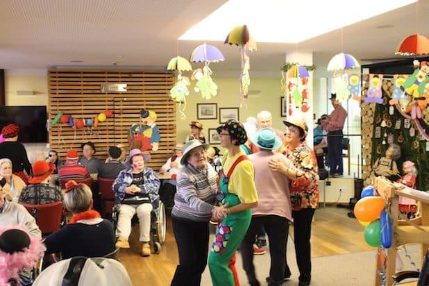 """Im DRK-Seniorenzentrum """"Haus am Bomberg"""" herrschte eine närrische Stimmung! (Foto: DRK Brilon/ Felix Müller)"""