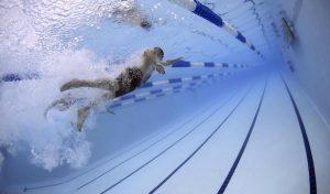 Brilon: Letztmaliges Schwimmen bei Laternenschein