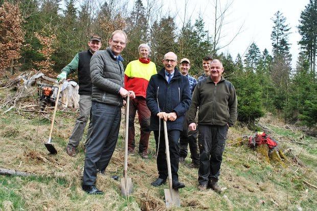 Photo of Große Aufforstung im Stadtforst: Fielmann stiftet Meschede 6.400 Bäume