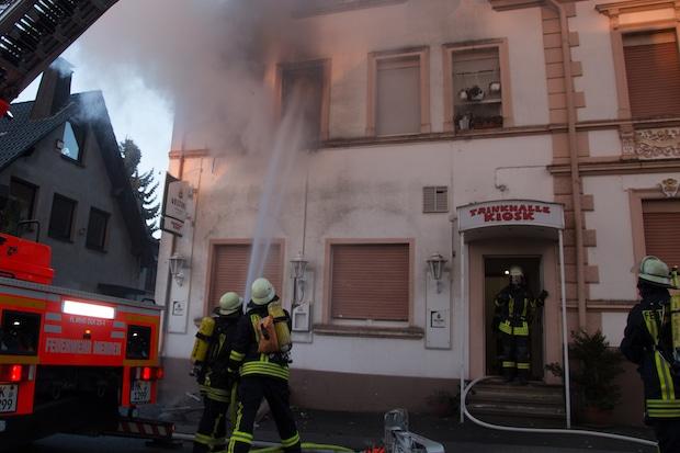 Photo of Feuerwehr Menden rettet 12 Personen bei Wohnungsbrand