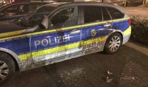 Lüdenscheid – Mädchen schlagen Fensterscheibe eines Streifenwagens mit Wodka-Flasche ein