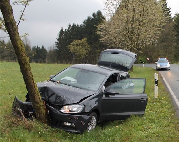 Photo of Olpe: Autofahrerin beim Abkommen von der Fahrbahn leicht verletzt