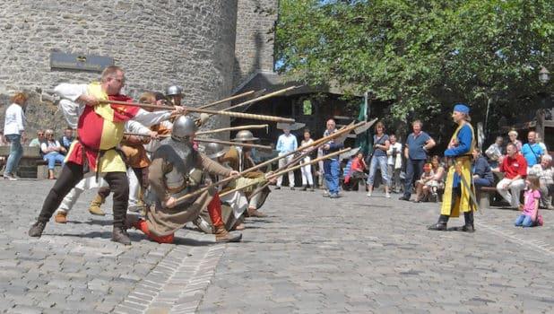 Auf Burg Altena ist die Ritterschaft der Wolfskuhle zu Gast