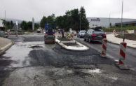 Abschließende Asphaltarbeiten am Kreisverkehr in Enste