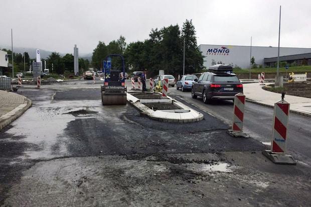 Photo of Abschließende Asphaltarbeiten am Kreisverkehr in Enste