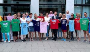 Siegen-Wittgenstein: Im Kreishaus wurden T-Shirts und Startnummern für fünften Schülerlauf übergeben