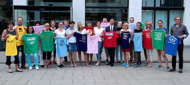 Photo of Siegen-Wittgenstein: Im Kreishaus wurden T-Shirts und Startnummern für fünften Schülerlauf übergeben