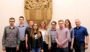 Sieben junge Menschen erlernen einen Beruf im Öffentlichen Dienst