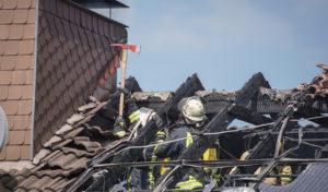 Menden – Dachstuhlbrand: 60 Einsatzkräfte können Ausbreitung auf Wohnung verhindern