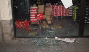 Hagen – Schaufenster mit kiloschwerem Baustellengewicht in der Innenstadt eingeworfen