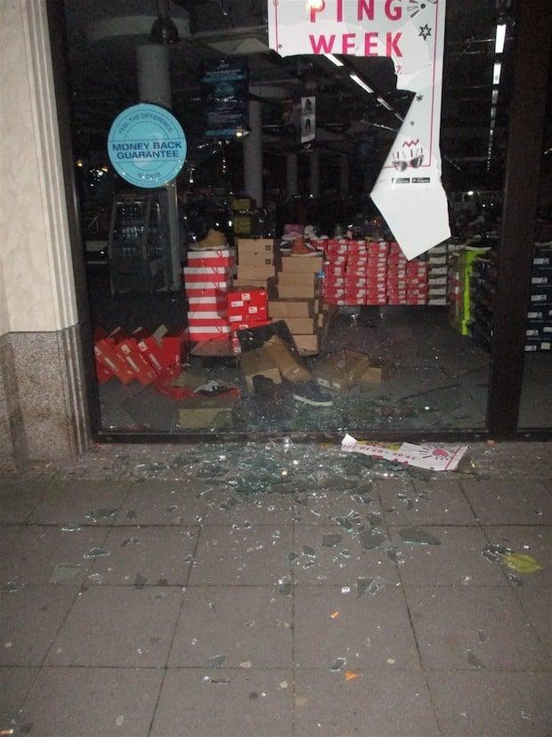 Photo of Hagen – Schaufenster mit kiloschwerem Baustellengewicht in der Innenstadt eingeworfen
