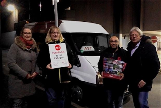 Iserlohn - 77.777sten Fahrgast beim AnrufSammelTaxi-Verkehr geehrt