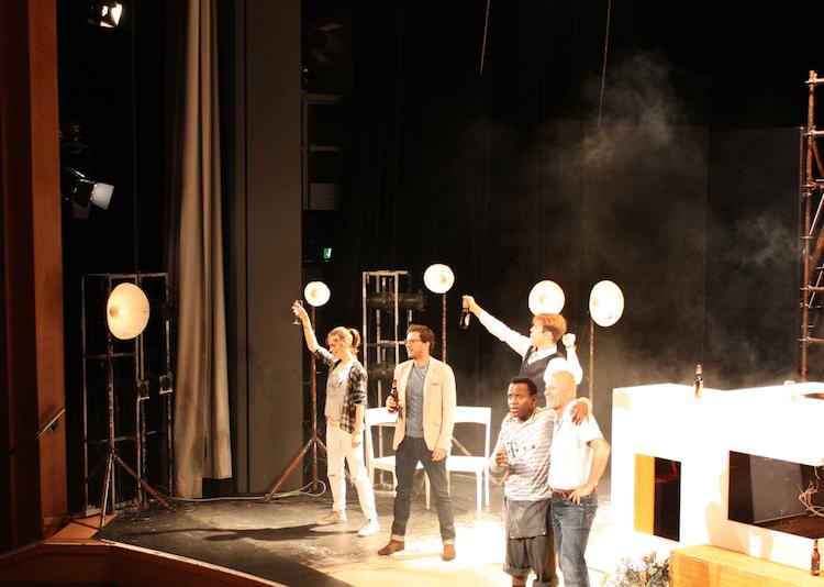 """Photo of Kinoerfolg """"Willkommen bei den Hartmanns"""" auf der Theaterbühne"""