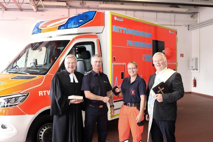 Photo of Neuer Rettungswagen für die Feuerwehr Menden wird gesegnet