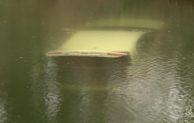 Audi rollt in Teich