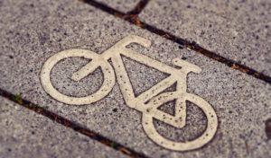 Radfahrer wegen Sonne übersehen