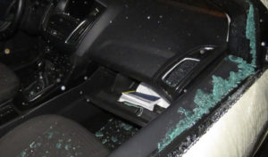 Autoeinbruch mit Spitzhacke