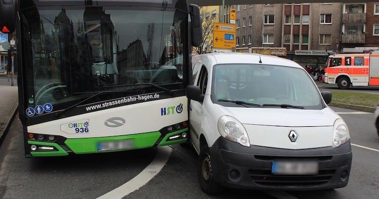 Photo of Busfahrer bei Abbiegeunfall verletzt