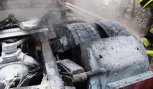 LKW-Reifen brennt
