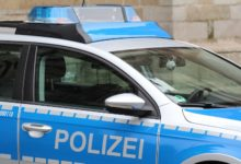 Photo of Mercedes durchbricht nach Drogenfahrt Zaun zu Firmengelände