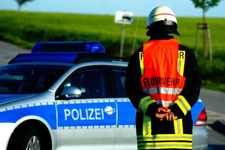 2020-05-05-Brand-Gebäude-Neuenkleusheim-Baum-Wohnwagen-Randalierer-Brand-Tiere-Brand-Brand-Braende-Fluechtlingsunterkunft-Coesterweg