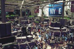Der Dow Jones fiel, in der Corona-Krise, auf den geringsten Wert seit November 2016.