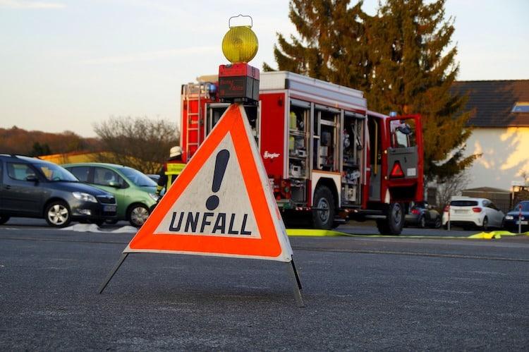 Photo of Unfall: Auto dreht sich um die eigene Achse