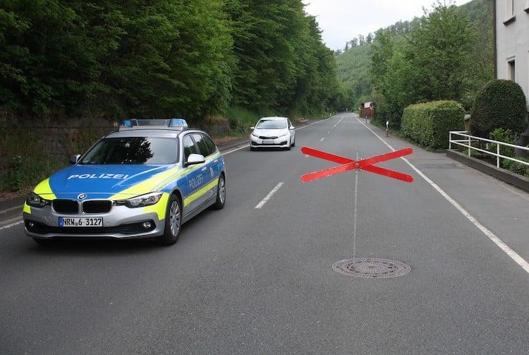 Photo of Verkehrszeichen entwendet und in Gullydeckel gesteckt